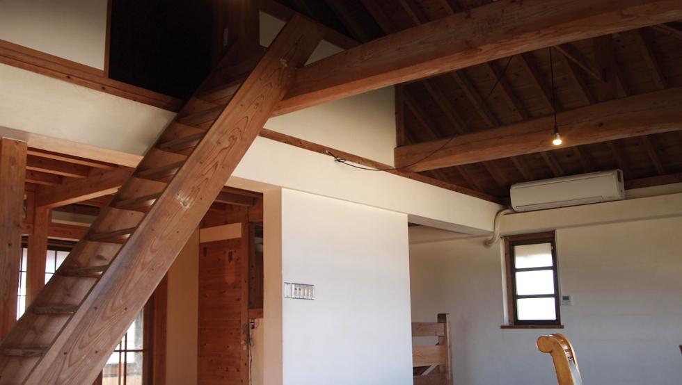 屋根裏スペースへの階段