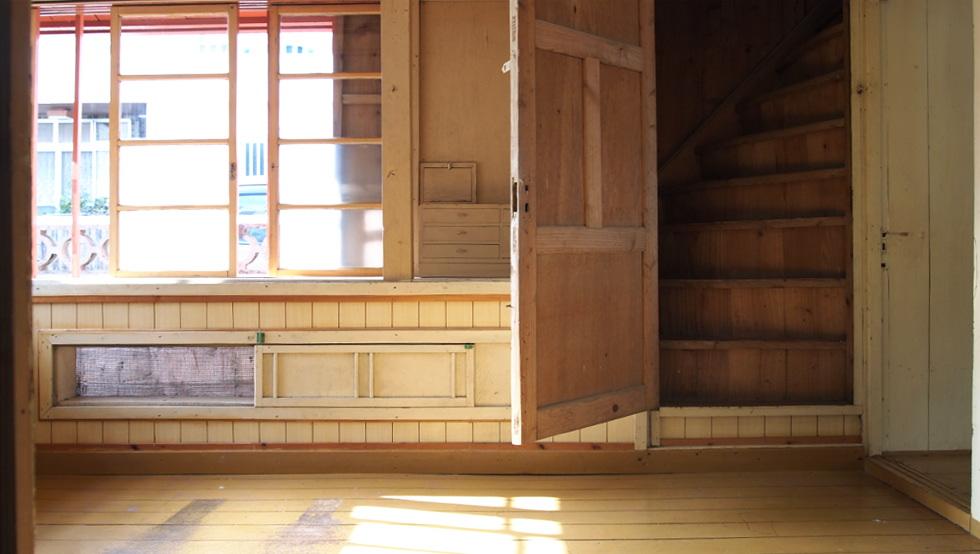 洋室5.6帖ドアの先に隠し階段