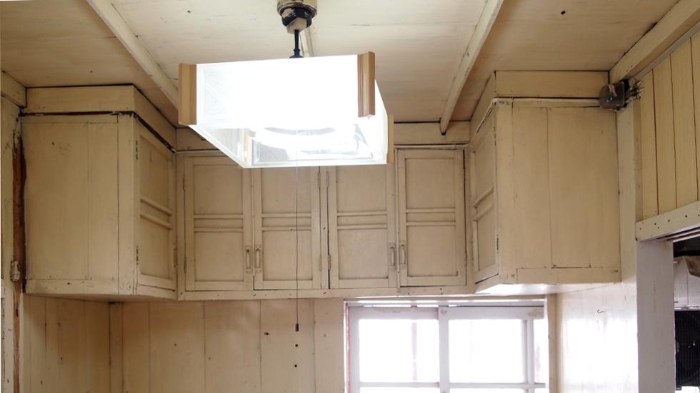 キッチン横の支度室(家事室)吊り戸棚