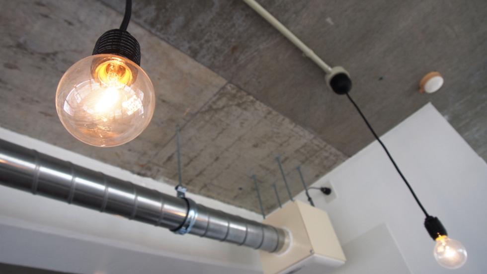 天井を走るダクト管と配線