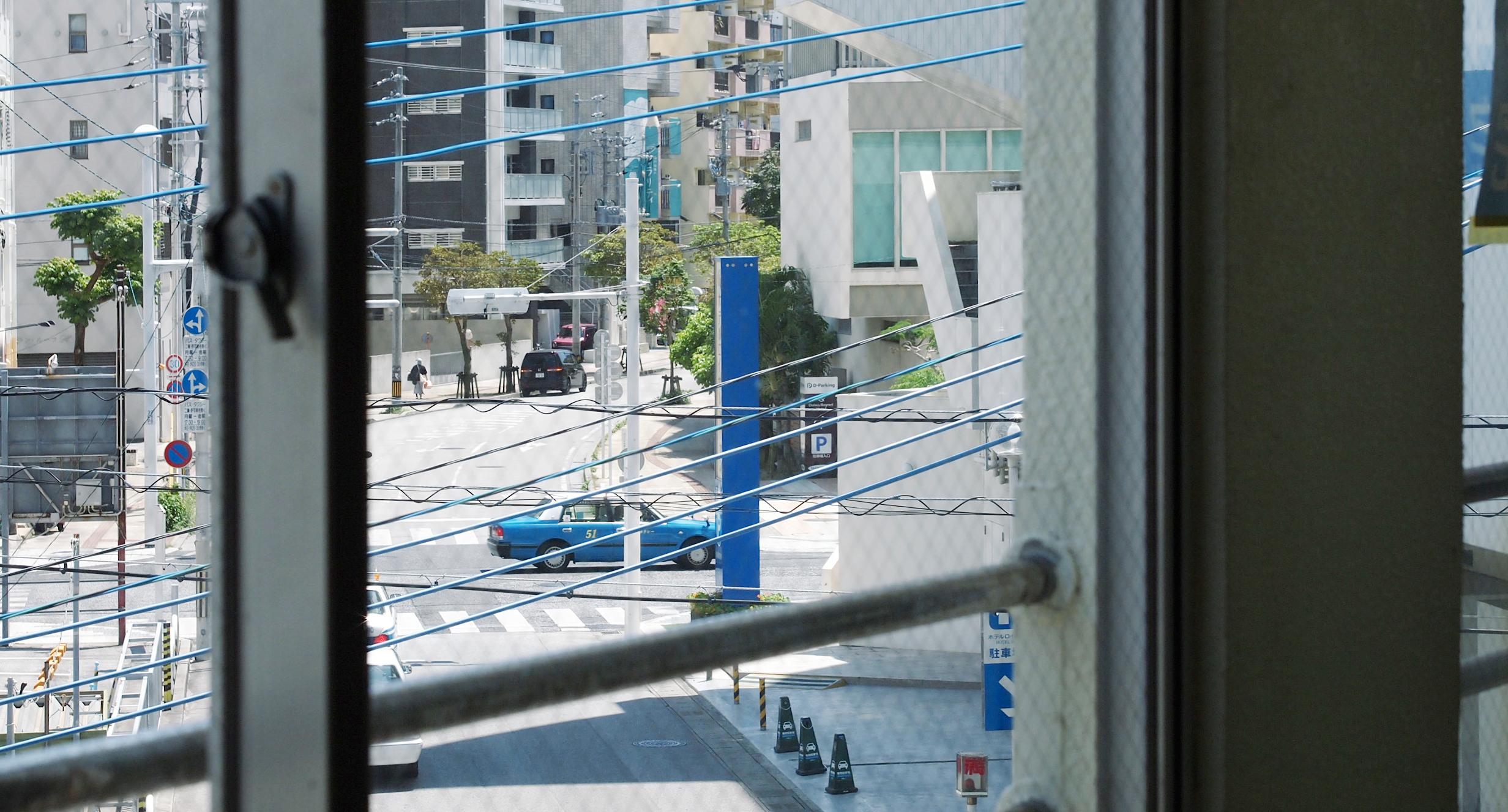 窓から見える国際通り